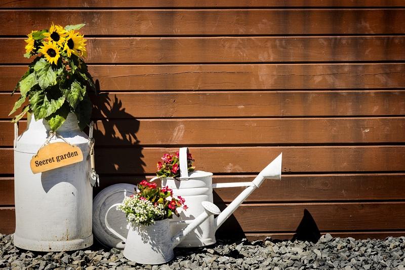 Chto-sdelat-iz-staroj-kastrjuli-kontejner-dlya-cvetov